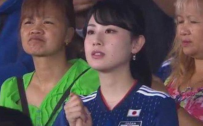 """Nữ CĐV từng khiến bạn bè quốc tế ngây ngất vì vẻ đẹp ngây thơ thất thần nhìn Nhật Bản """"phơi áo"""" trước Qatar"""