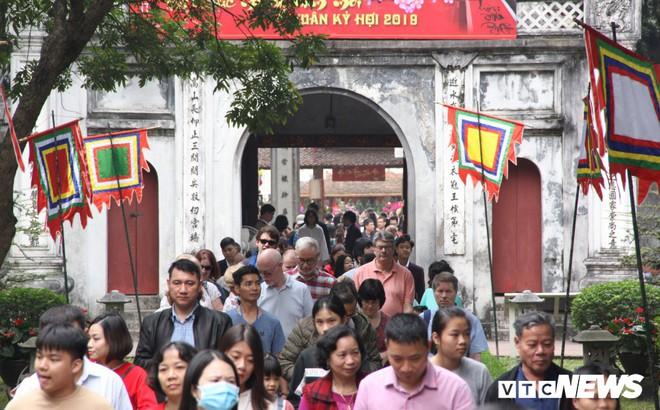 Ảnh: Hàng nghìn người đổ về Văn Miếu, xếp hàng dài xin chữ ngày đầu năm