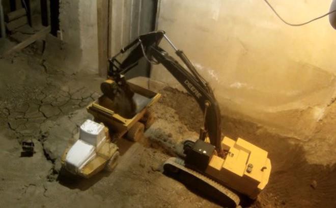 Xem YouTuber này đào tầng hầm chỉ bằng máy xúc và xe tải đồ chơi