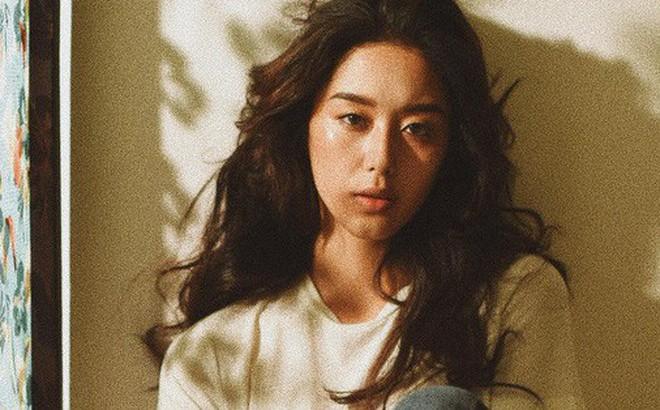 Nhan sắc cô dâu xinh đẹp, thần thái không kém gì Yoon Eun Hye trong bộ ảnh cưới cổ tích đang cực hot
