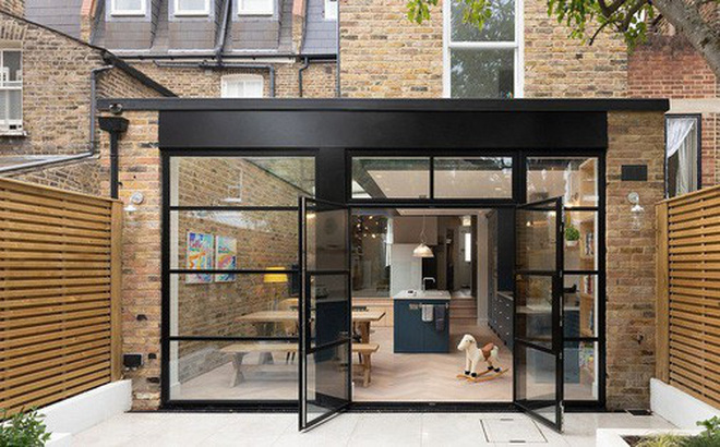 Chỉ với 3 vật liệu đơn giản, kiến trúc sư đã giúp ngôi nhà chật chội này có lối thoát tài tình