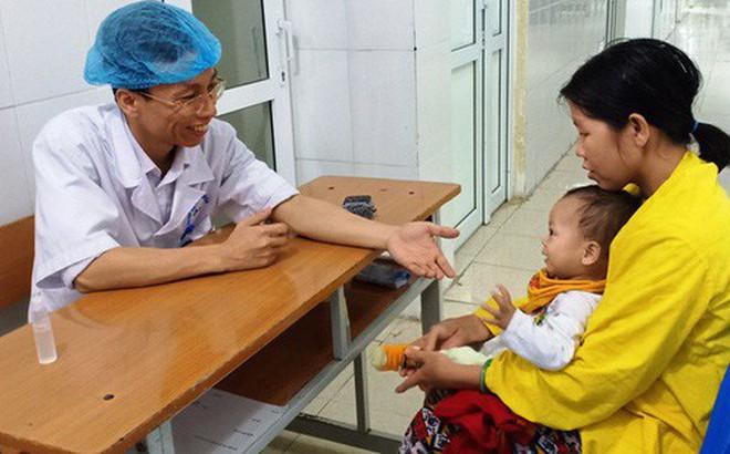 Cảm động bác sĩ bị ung thư vẫn hết mình vì người bệnh