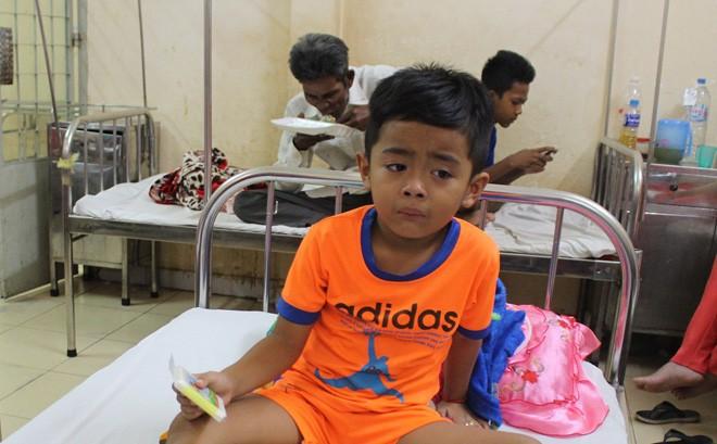Bé trai 6 tuổi ở Sóc Trăng bị khỉ hoang cắn nhập viện