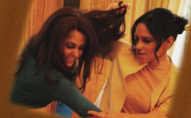 Một loạt khoảnh khắc Meghan túm tóc, ẩu đả với chị dâu Kate trong Cung điện hoàng gia khiến người dùng mạng phát sốt