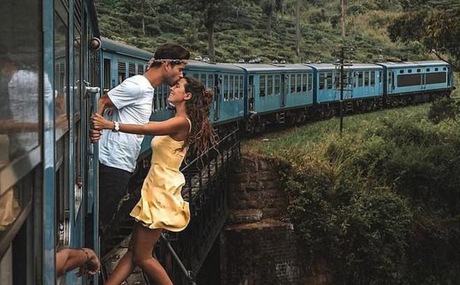 Đu người trên xe lửa chụp ảnh sống ảo, cặp đôi blogger du lịch bị cộng đồng mạng ném đá kịch liệt