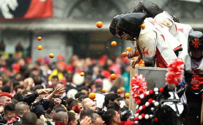 Lễ hội ném cam kỳ lạ ở Italy
