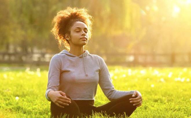 Quá nghiêm khắc với chính mình làm gì trong khi cuộc đời chẳng ai là hoàn hảo: 4 bước tập thiền đơn giản giúp bạn biết yêu bản thân nhiều hơn