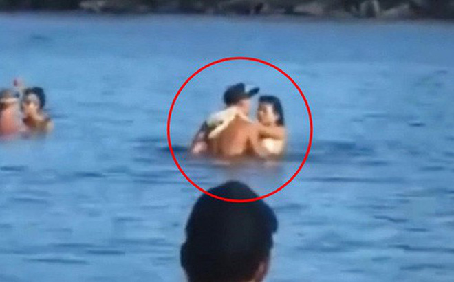 Vô tư làm 'chuyện ấy' giữa biển, cặp đôi không ngờ bị phát hiện nhưng bất ngờ nhất lại là phản ứng của đám đông xung quanh