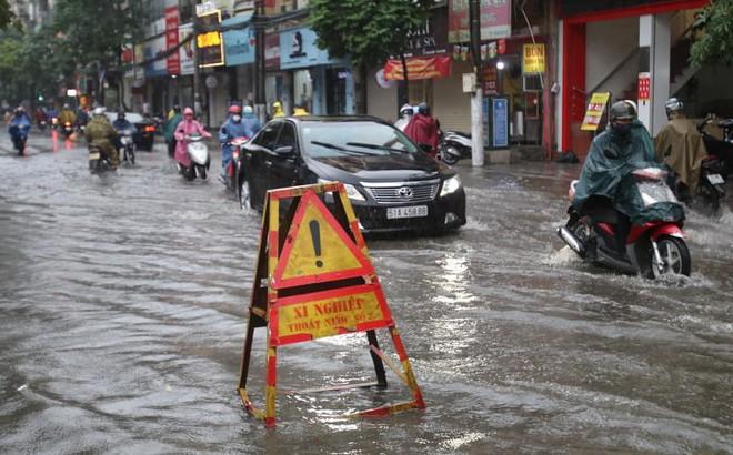 Mưa giông đầu giờ sáng gây ngập một số tuyến phố Hà Nội