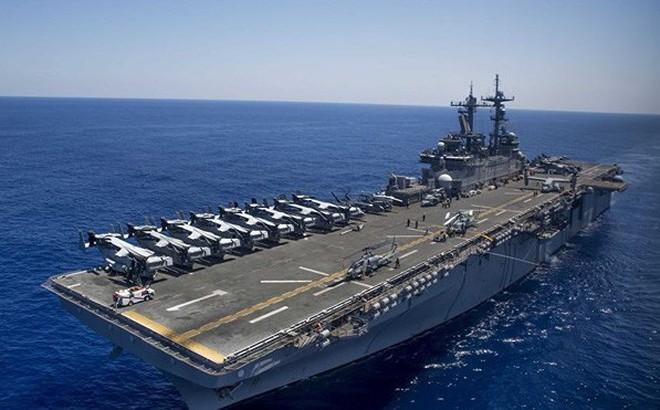 """Mỹ """"biến hình"""" tàu đổ bộ USS Wasp thành tàu sân bay ở Biển Đông"""
