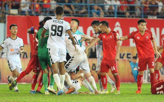 CĐV Hải Phòng quây chặt xe đội khách, quát nạt cầu thủ Đà Nẵng sau trận đấu có 2 thẻ đỏ