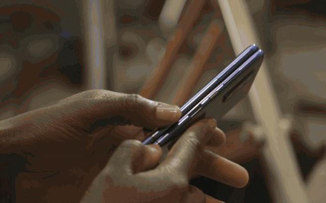 """Trên tay Samsung Galaxy Fold: cầm nắm sướng tay, tiếng mở ra đóng vào nghe sướng tai và phần mềm thì """"tốt đáng ngạc nhiên"""""""