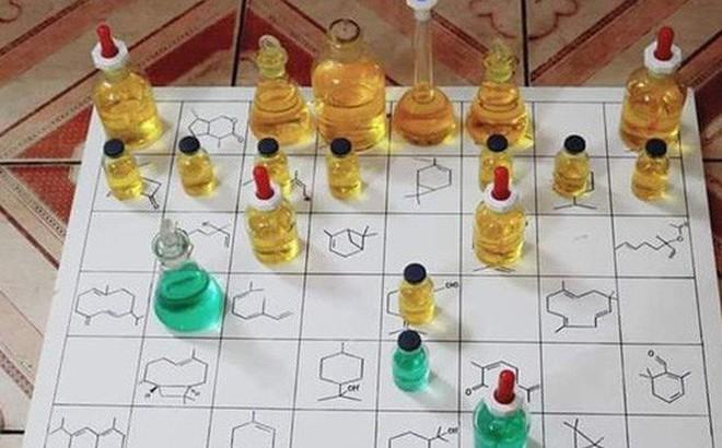 Chiếc bàn cờ độc nhất vô nhị của dân chuyên Hoá, cuồng học đến mức chơi cũng phải gắn liền với chai lọ thí nghiệm