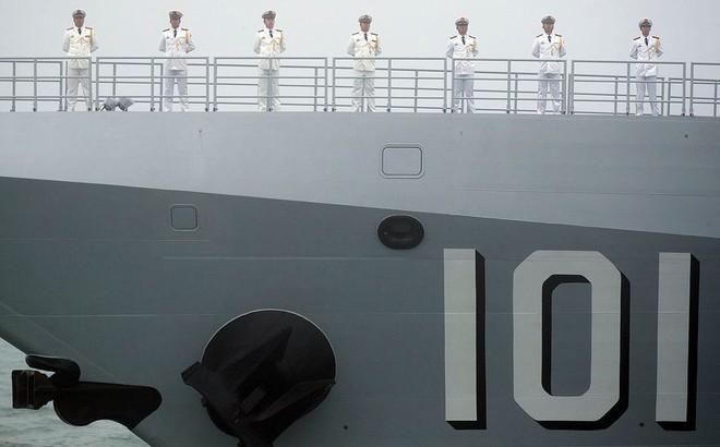 """Diễu binh hải quân, Trung Quốc """"khoe"""" khu trục hạm mới nhất"""