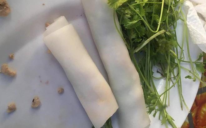 Háo hức ăn phở cuốn trong khu ăn vặt nổi tiếng Hà Nội, cô nàng tức nghẹn vì đĩa bánh mỏng dính như tờ giấy, rắc thêm vài hột thịt nạc
