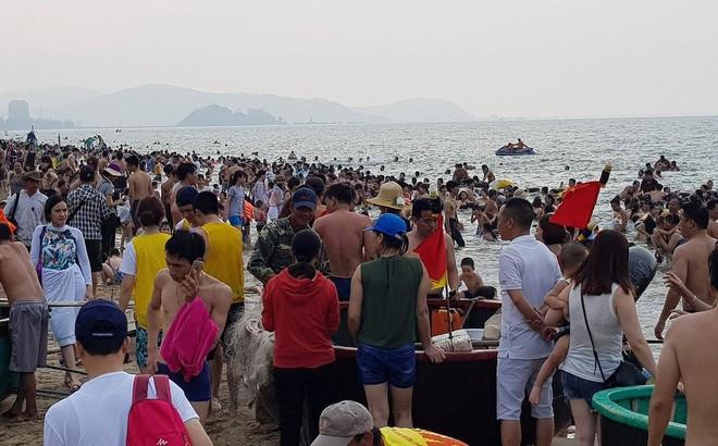 Hơn 2 vạn người trên bãi biển Cửa Lò, khách sạn 'cháy' phòng