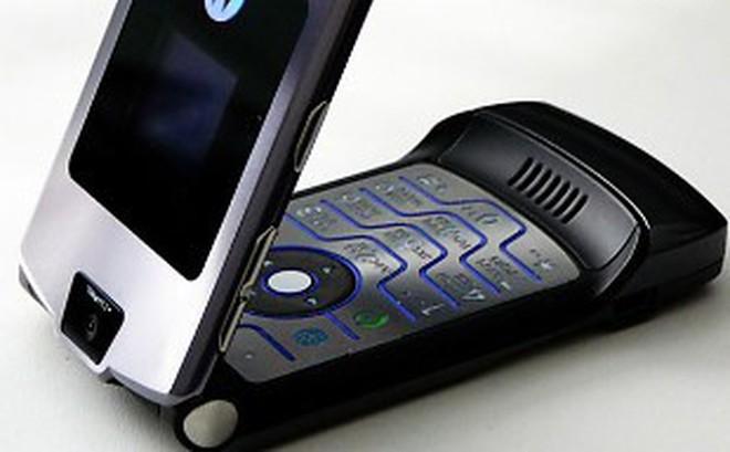 Nhìn lại lịch sử điện thoại màn hình gập, 30 năm sau Motorola MicroTAC