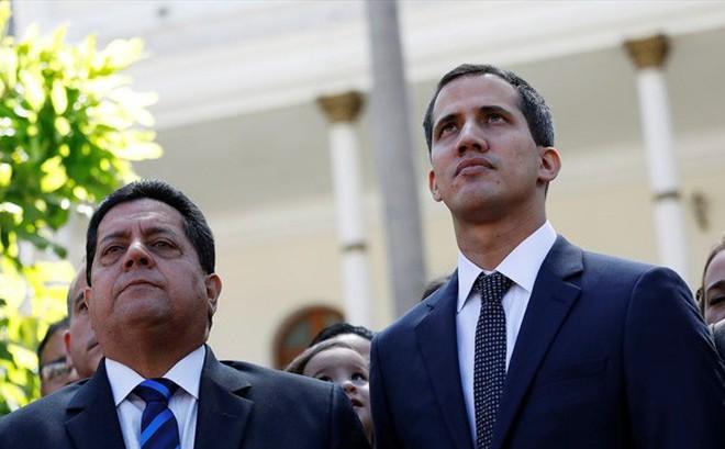 """""""Cánh tay phải"""" của Tổng thống tự xưng Venezuela bị cẩu cả người và xe"""