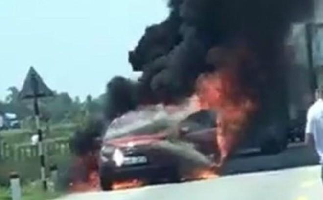 Trên đường đi bảo dưỡng, xế hộp Ford Ecosport cháy trơ khung trên quốc lộ