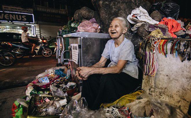 Đời buồn của cụ bà bán hàng rong sống cạnh nhà vệ sinh công cộng ở Hà Nội: 'Ngày xưa lăn lộn nuôi con, nhưng chúng nó lần lượt ra đi hết rồi...'