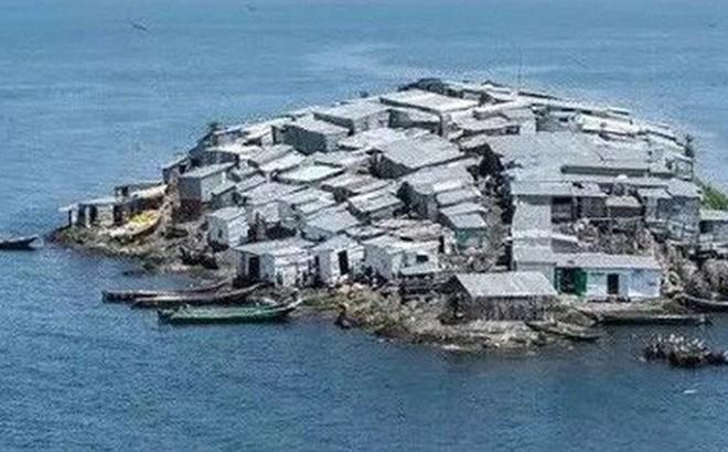 """Hòn đảo """"nghẹt thở"""" nhất hành tinh: Chưa bằng nửa sân bóng nhưng có cả nghìn dân"""