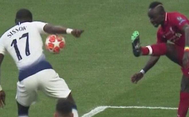 """""""Vẫy taxi"""" khiến đội nhà chịu quả phạt đền chóng vánh, tuyển thủ người Pháp nhận đủ gạch đá từ cộng đồng mạng"""