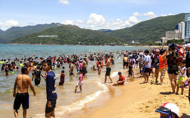 """Hàng nghìn người ra bãi biển Quy Nhơn tắm """"Tết Đoan Ngọ"""""""