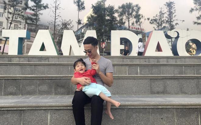 Hình ảnh mới nhất của em bé Lào Cai suy dinh dưỡng, hạnh phúc đi du lịch hè cùng bố mẹ nuôi