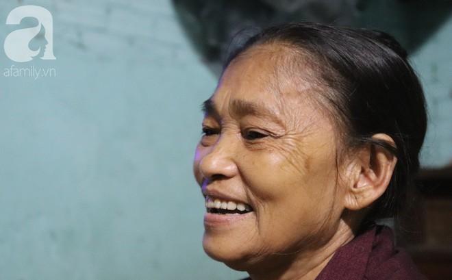 """Nụ cười hiền hậu của bà Tuất: """"70 tuổi bà vẫn khỏe re, giày dép còn có số huống gì con người, quen rồi cháu ơi"""""""