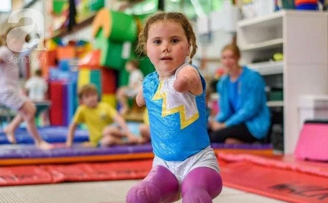 Bé gái 5 tuổi mất cả tứ chi vì viêm màng não tự tin tập môn thể thao mà ngay cả người đủ tay chân cũng e ngại