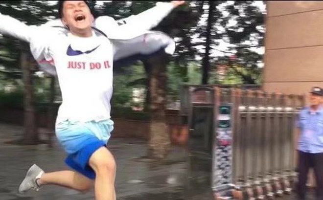 Hình ảnh nam sinh nhảy múa, chạy như bay sung sướng trước cổng trường vì đã thi xong Đại học gây bão mạng