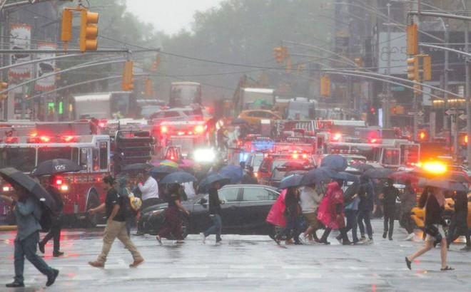 Máy bay trực thăng rơi giữa trung tâm thành phố New York, Mỹ