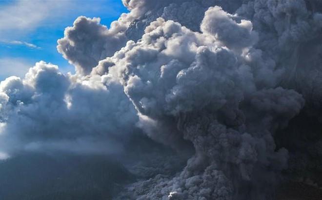 """Núi lửa phun như """"ngày tận thế"""" ở Bắc Sumatra, Indonesia"""