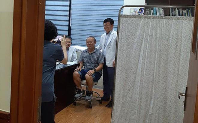 """Hậu King's Cup, HLV Park Hang-seo phải vào viện kiểm tra sức khoẻ nhưng vẫn """"ghi điểm"""" chỉ nhờ hành động nhỏ này!"""