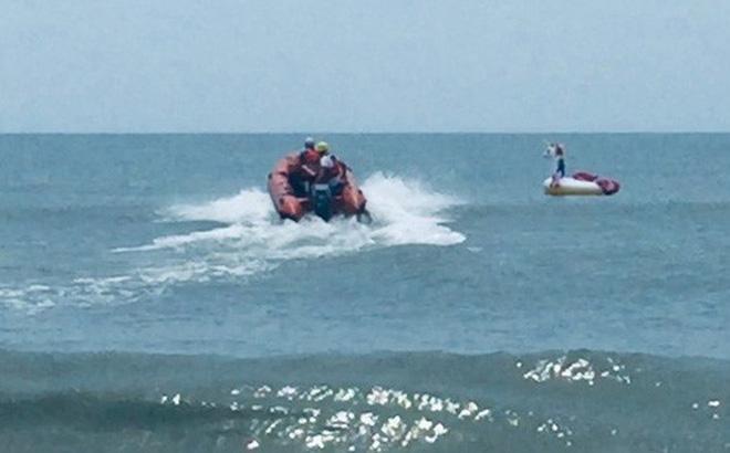 Bé trai cưỡi phao hơi khổng lồ bị sóng đánh trôi tuột ra biển, huy động lực lượng cứu hộ phóng cano ra đưa vào bờ