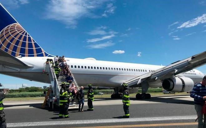 Xịt lốp, một máy bay thương mại Mỹ bị trượt khỏi đường băng