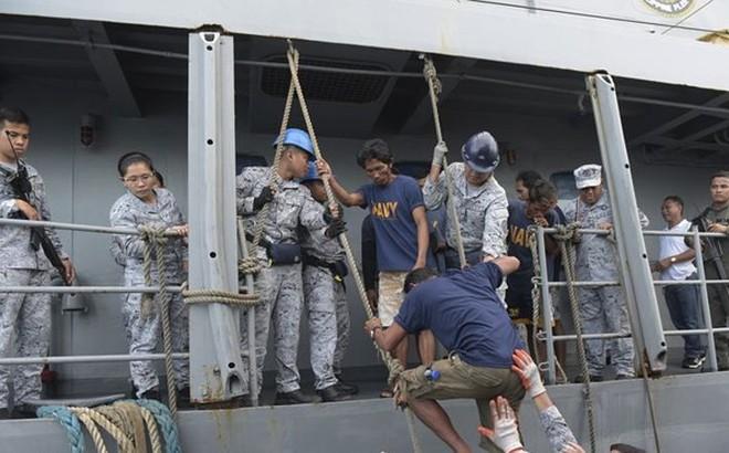 """Mỹ dọa """"ra tay"""" sau vụ Trung Quốc đâm tàu cá Philippines ở Biển Đông"""