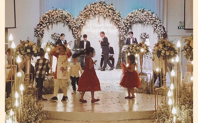 """Dự tiệc cưới sang trọng, phụ huynh để con chiếm luôn sân khấu, bị nhắc nhở còn nói: """"Hư tới đâu tao đền tới đó!"""""""