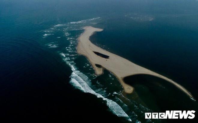 Cồn cát khổng lồ nổi lên giữa biển Cửa Đại hình thành từ đâu?