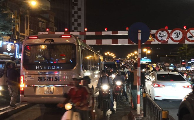Xe khách 29 chỗ cố leo cầu vượt Thái Hà, mắc kẹt ở thanh chắn