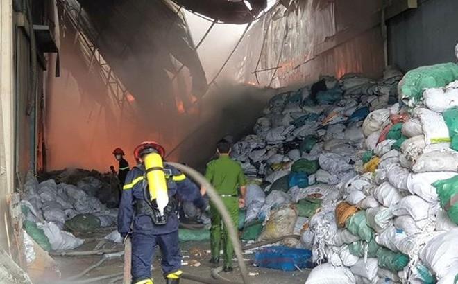 Cháy lớn tại Khu công nghiệp Sóng Thần, công nhân ôm đồ tháo chạy
