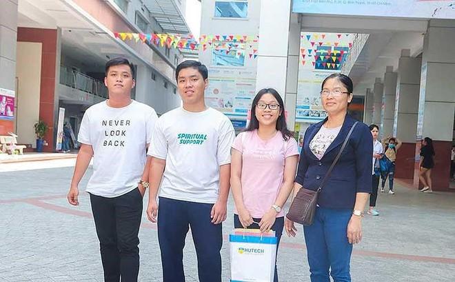 3 anh chị em sinh ba học cùng lớp, cùng đi thi THPT quốc gia