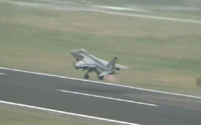 Chiến đấu cơ Ấn Độ va phải chim, thả bom rơi lả tả