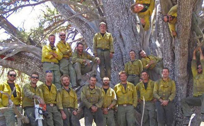 Bức ảnh 19 lính cứu hỏa cùng chung một số phận và câu chuyện thảm kịch trong vụ cháy rừng kinh hoàng nhất lịch sử nước Mỹ