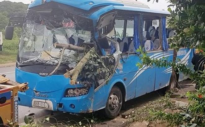 Lâm Đồng: 26 hành khách khiếp vía khi xe khách tông vào gốc cây lật nghiêng