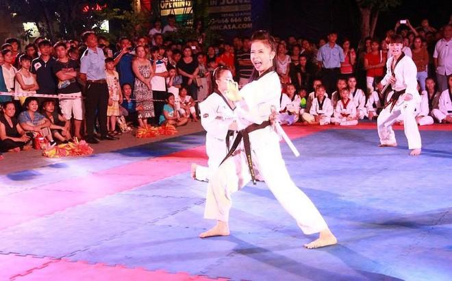 Kiều nữ Taekwondo Châu Tuyết Vân 'mở' nắp chai bằng cú đá ảo diệu
