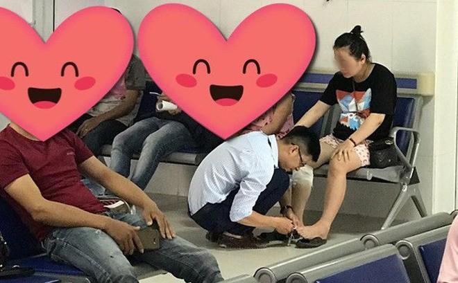 Dẫn vợ đi khám còn tranh thủ cắt móng chân cho vợ, chồng khiến người khen ngợi hết nấc, người bĩu môi bảo ''làm màu''