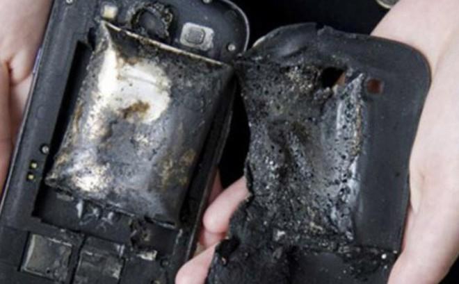 Một người tử vong vì nổ điện thoại, lời cảnh tỉnh cho thói quen vừa sạc pin vừa lướt điện thoại