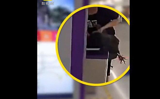 Ga tàu cấm động vật sống, người phụ nữ thản nhiên cắt tiết gà trước cổng soát vé để lách luật