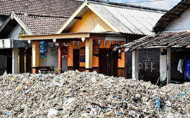 """Rác thải """"nuốt chửng"""" ngôi làng ở Indonesia"""